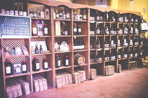 Imagen del expositor de vinos de la Bodega