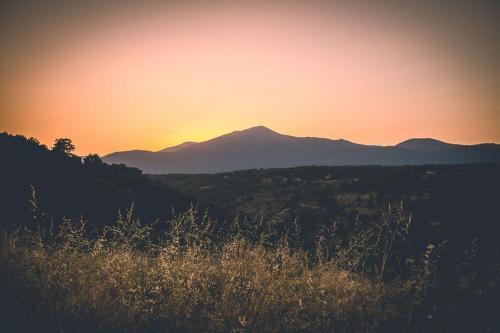 Imagen paisaje Sierra Gredos y campos cultivo